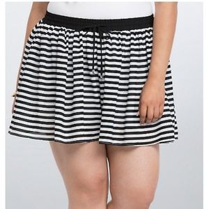 Torrid Black and White Chiffon Striped Shorts sz 2